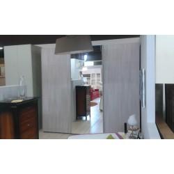 Armadio a tre ante scorrevoli anta centrale specchiata e cassettiera interna
