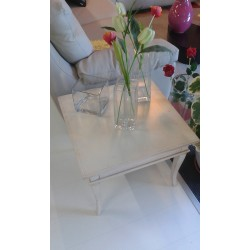 Tavolino quadrato bianco patinato con gambe a sciabola 61x61x47